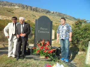 С Гаджи Гамзатовым у могилы Расула Гамзатова