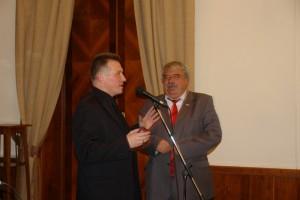 Член Правления МГО СП России Иван Голубничий вручает награду МГО СП России Магомеду Ахмедову