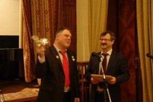 Награждается Залму Батирова. Награду получает сын Магомед Саидович