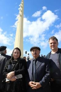 Поэтесса Залму Батирова с мужем и Сергей Соколкин у памятника Белым журавлям. Аул Цада