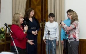 Лола Звонарева и Ольга Журавлева поздравляют детей - лауреатов Фнстиваля