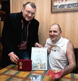 Адвокат Андрей Столбунов передаёт Михаилу Бекетову Диплом Фестиваля и Медаль Правительства Москвы