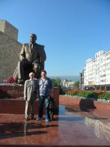 Абдула Даганов и Сергей Соколкин у памятника Расулу в Махачкале