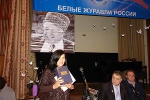 Лауреат Фестиваля Аминат Абдурашидова с подарком из Дагестана.
